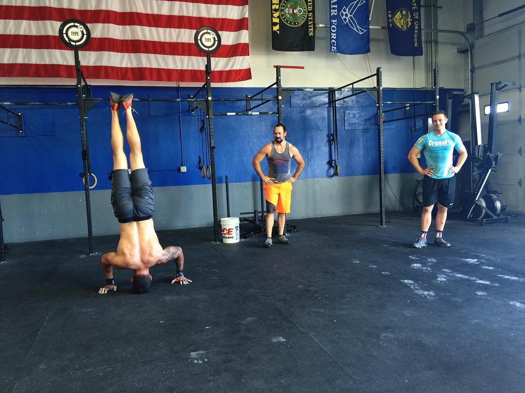 Makin' it look easy 🙃🙃🙃 || 📸: @ee_payne  #fbf #type44 #crossfit #handstand #fitfam #inbend #centraloregon #bend #fitness
